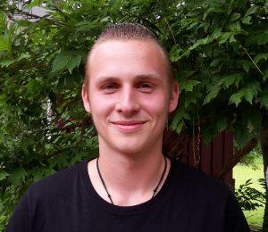 Portrait junger Mann lächelnd draußen
