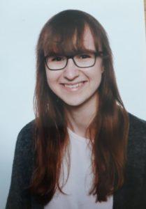 Portrait junge Frau mit Brille